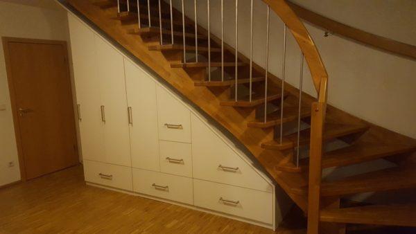 Einbaumöbel unter offener Treppe