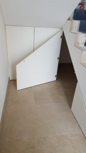 Stauraum unter Treppe (geöffnet)