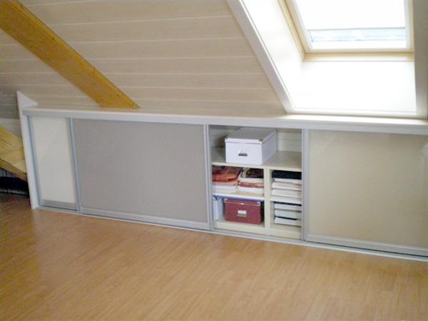 Stauraum mit Schiebetüren unter der Dachschräge Innenausbau mit Tischlerei Schink