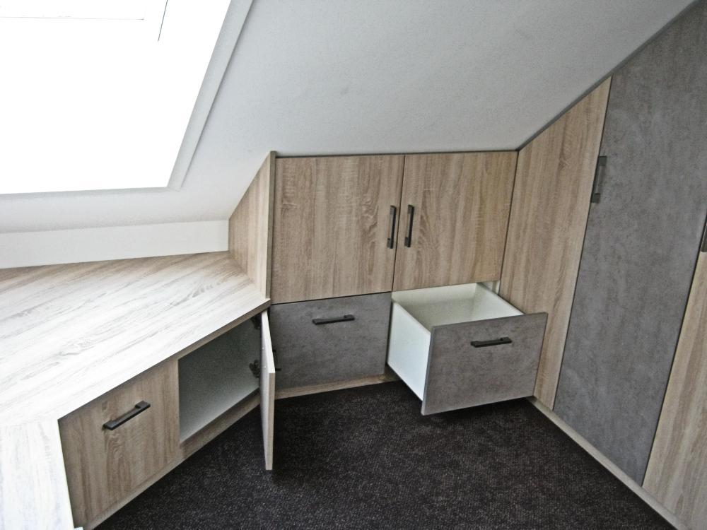 Jugendzimmer im Dachgeschoss mit Sitzfläche