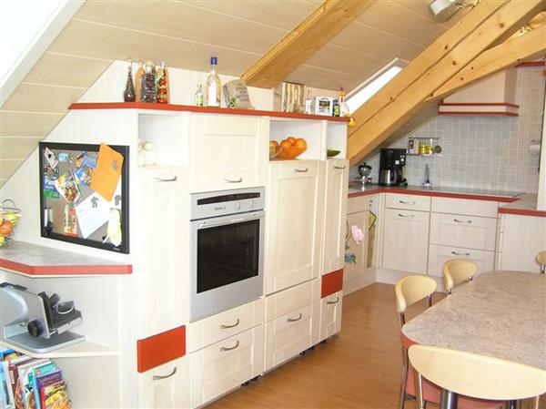 Einbauküche in Dachwohnung - geplant und gebaut von der Tischlerei Schink Bretnig.