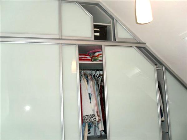 Großer Kleiderschrank mit Schiebetüren