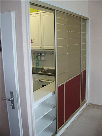 Schiebetür in der Küchen-Durchreiche in Neubauwohnungen